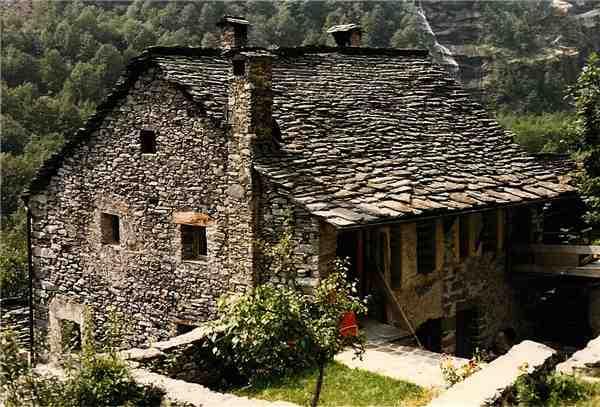 Ferienhaus 'Grosser Rustico von 1490' im Ort Mondada (Cavergno)